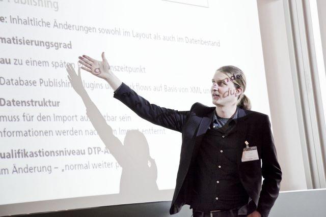 Gregor Fellenz zeigt auf Vortragsfolien